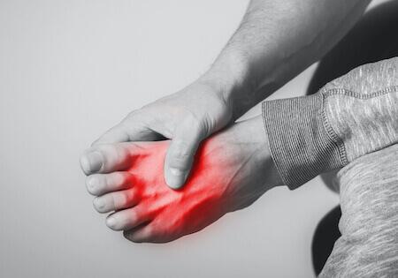 Schmerzen am Fuß, die operiert werden müssen