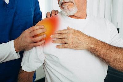Arthrose an der Schulter bei älteren Menschen